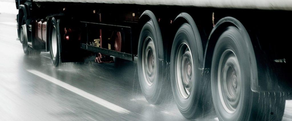 Usar os pneus errados em dia de chuva é sinônimo de problemas 4truck 18