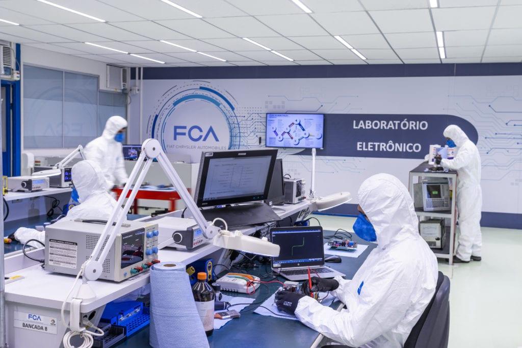 FCA mobiliza expertise e estrutura industrial em amplo programa de suporte no combate à Covid-19 no Brasil Laboratorio manutencao ventiladores2 Credito Leo Lara