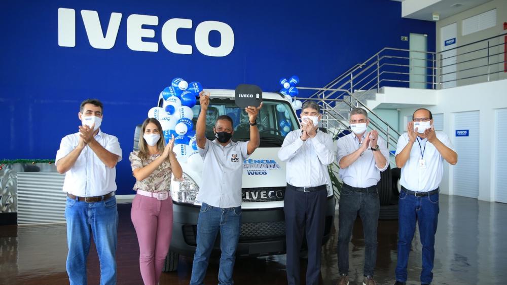 Consórcio IVECO entrega prêmio para cliente 5c12e339069b92a5ea55441a97d25be3