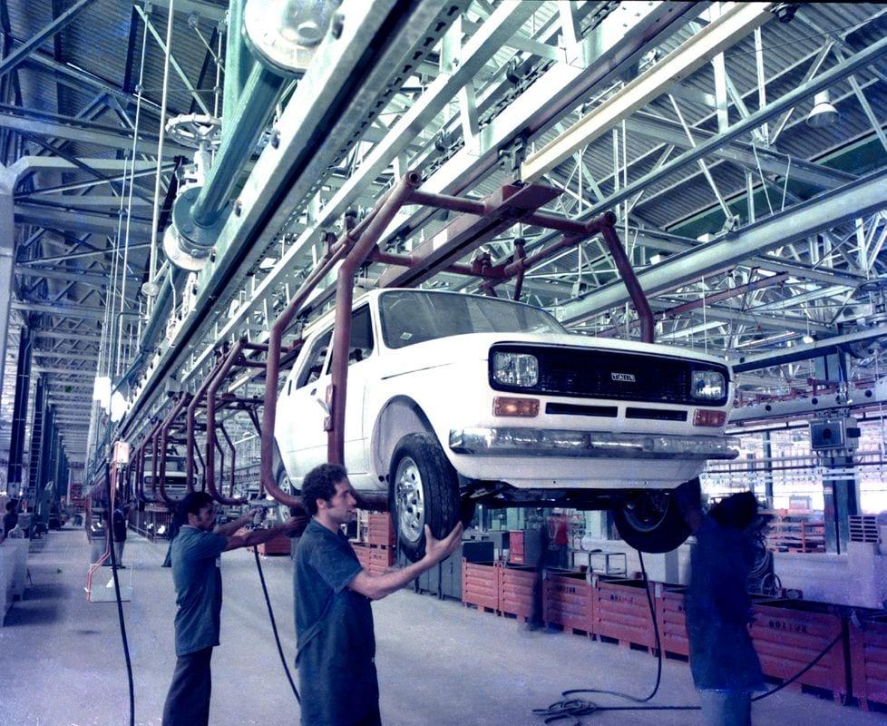Polo Automotivo de Betim completa 45 anos e avança para produzir nova geração de veículos Producaodoprimeiroprototipomontagem1975 medium