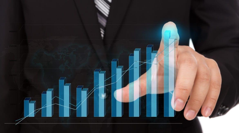 Ademicon prevê investir mais de R$ 10 milhões em inovação nos próximos dois anos businessman touching the tip of a bar chart