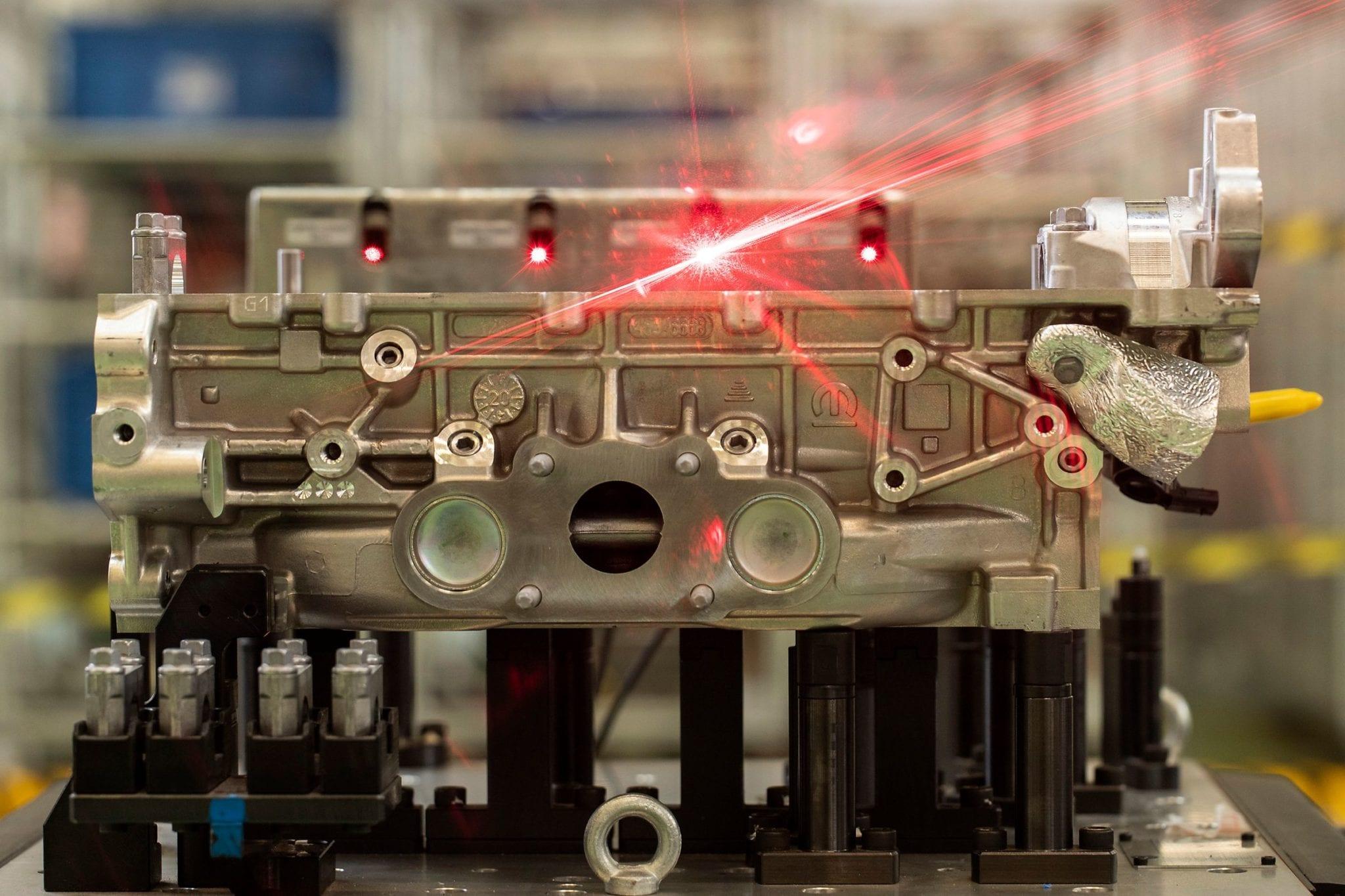 Planta da Stellantis em Betim pronta para produzir família global de motores turbo Pre montagem cabecote Foto2 Leo Lara large scaled