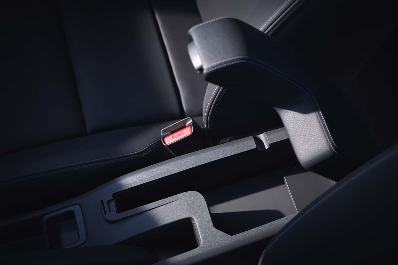Apoio de braço - Mais conforto e ergonomia ao dirigir e espaço extra para pequenos objetos.