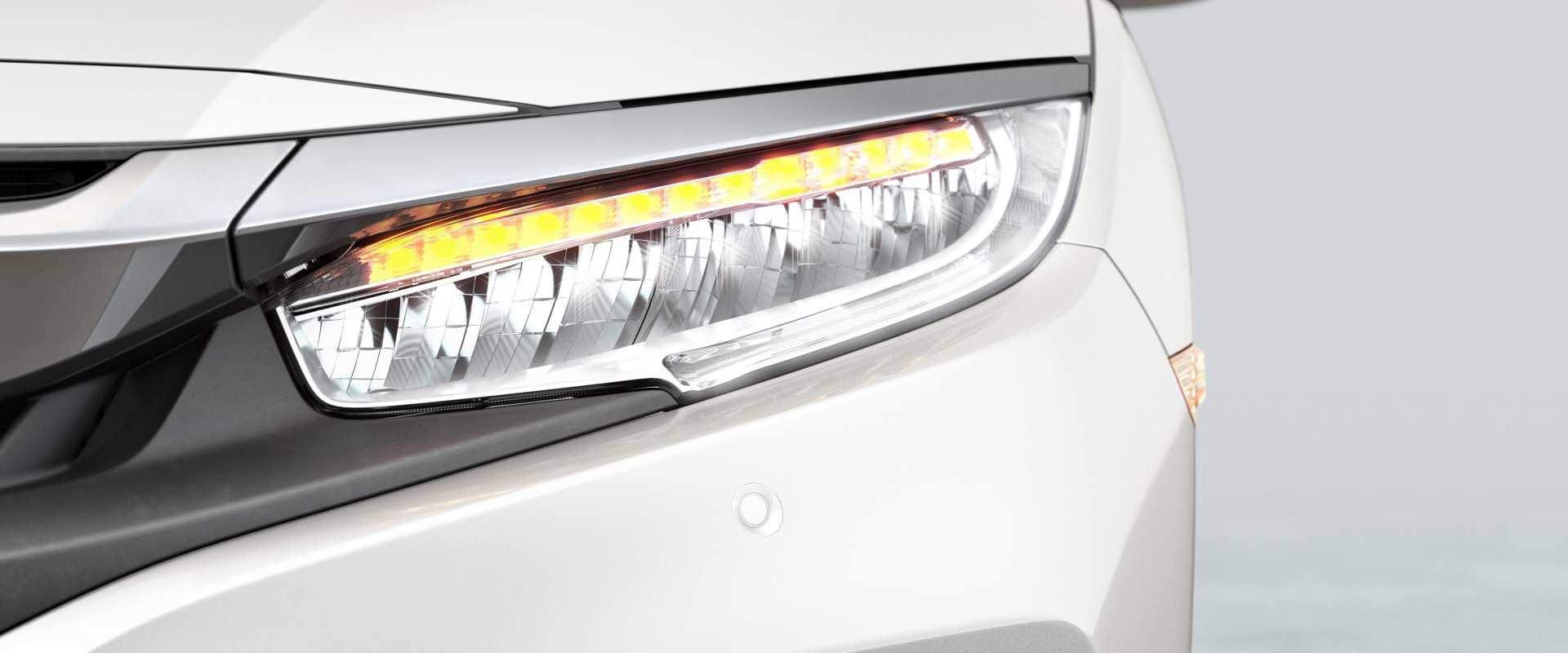 Conjunto óptico frontal full LED com acendimento automático (sensor crepuscular) - Sofisticação e luzes em LED em todo o sistema de iluminação: farol alto, baixo, indicadores de direção, luzes diurnas e de posição. Com o sensor crepuscular, ao cair a luminosidade externa, os faróis do carro se acendem automaticamente.