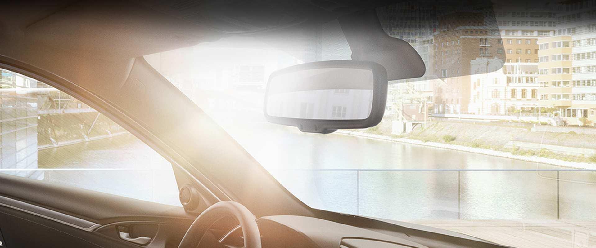 Para-brisa com isolamento acústico - Para-brisa com tecnologias para reduzir ruídos no interior do carro e absorção de raios solares UV, tornando o Civic Touring um dos mais silenciosos da categoria.